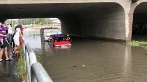Regnmängden överraskade bilförare och några bilar blev ståendes under järnvägsbron i Västanfors.