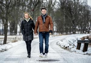 Kristina Nicklasson och Peter Sahlin på promenad i Runnaby. Framtiden väntar.