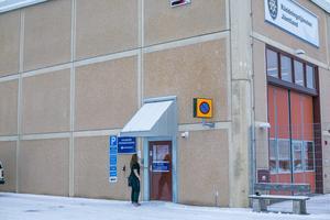 Om man i Östersund inte kan nå 112 så kan man ringa på vid ingången bredvid gallerstaketet på Fyrvallavägen. Runt om i länet finns larmknappar på brandstationernas fasader.