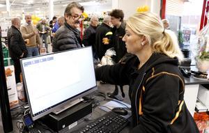 Cilia Arvidsson gjorde sin första arbetsdag i byggbutiken med kunder.
