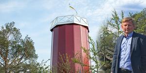 Fastighetsägaren Claes Johansson vid det nyuppbyggda vattentornet.