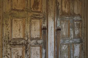 I köket står ett stort skåp, som finns med på fotografier från när Jennys farfar var liten. Hur gammalt skåpet är vet hon inte, men på insidan av skåpdörrarna finns anteckningar med snirklig handstil om tidigare ägare till gården, deras dödsdatum och ålder.