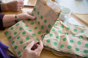Den gröna plastpåsen används till mycket annat än matavfall: bara hälften av alla utdelade gratispåsar kommer tillbaka i systemet. Telge återvinning hoppas att den nya påsen ska ge en bättre sortering.