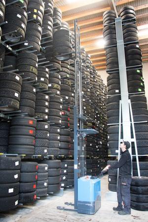 Johan Åsberg på Däckshopen i Sandviken tar ner en omgång vinterdäck till en kund som bokat tid för däckskifte på verkstaden. Firman har 1 160 omgångar däck i sitt däckhotell.