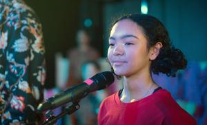 Lemoni Åberg är yngst i ensemblen. Hon imponerar med sin utstrålning. Foto: Nemo Stocklassa Hinders