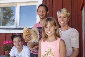 Susanne Brunnsberg med Mikael Jonsson, och barnen Ebba och Joakim är några av de boende i närheten av branden som nu tvingas evakuera.