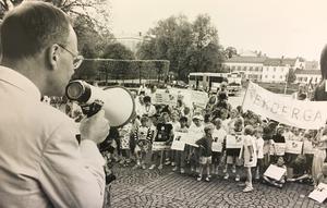 Bevara Ekbergaskolan. Demonstranterna överlämnade ett brev med det kravet till kommunstyrelsen med Lars Luttropp i spetsen 1992. Foto: Kenneth Hudd/VLT:s arkiv