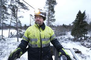 Linjemontör Niklas Olsson från Säffle befinner sig på Håtö i Frötuna. Han är på väg upp med liften för att tillsammans med kollegan Christoffer Eklund klamra fast en elkabel.