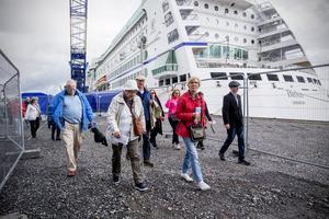 Resenärerna lotsas ut från Djuphamnen till de väntade utflyktsbussarna på Varvgatan.