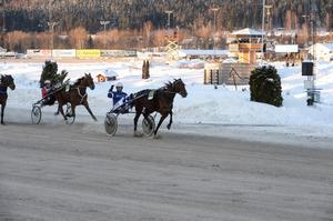 Joakim Elfving spurtar hem segern med hästen Whelk.