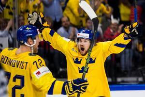 Patric Hörnqvist och Viktor Arvidsson jublar över Tre Kronors 3–0-mål i power play. Bild: Ludvig Thunman/Bildbyrån