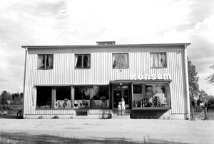Nya Konsum invigdes 1939. Bilden är från 1948. Om man ska döma av skyltningen var Dalforsborna ett resande folk eftersom hela stora skyltskåpet var fyllt med resväskor. Foto privat.