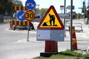 Vi får fortsätta diskutera om 50 miljoner i vägunderhåll är en lagom summa, skriver Teljebäck och Thunell.