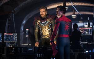 Mysterio, spelad av Jake Gyllenhaal, kan skjuta grön laser och vill hjälpa till med hotet från de hotfulla elementmonstren. Men kan Spindelmannen lita på honom? Pressbild: Sony Pictures