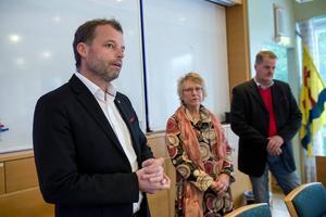 Presskonferens efter det att konkurshotet avvärjts. Timrås dåvarande klubbchef Lars Nolander tillsammans med Ewa Lindstrand (S) och nuvarande ordförande för klubben, Lars Backlund.