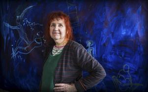 Blått är färgen när Tania Fred grundar sin senaste målning.