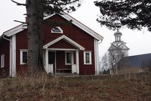 Stuga. Fagersta kommun vill skänka byggnaden till den som bekostar bortforslingen.                         Foto: Anders Jansson/arkiv