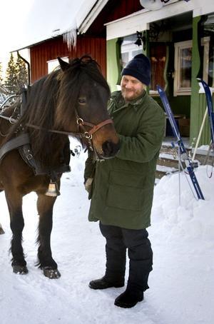 Lasse Frick har hämtat Järvsöloyden, som är släkt med Järsvöfaks, för en slädtur.