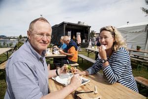 Erik Normark och Carina Nyström mumsar få Härnta-Pizza.