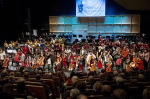 Kulturskolans manifestation för att orkester är det förnämsta exemplet på mänskligt samarbete: 150 elever spelar tillsammans 2014. Bild: Linus Wallin