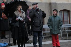 City Örebros vd Stina Storm hälsade besökarna alla välkomna till Stortorget, flankerad av artisttolkaren Tommy Krångh och körledaren Linda Larsson.