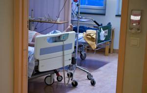 Pappa Rune blev kvar på sjukhuset i nio dagar, och han var inte ensam om att läggas in trots att han inte behövde sjukhusvård. På den avdelning där han hamnade var det 19 patienter på 16 vårdplatser, tre av dem var där på grund av ohållbar hemsituation, precis som Rune.