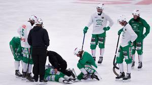 Spelet stannade upp efter den olyckliga kollisionen, och Ted Bergström blev liggande på isen. Han skrek högljutt av sina smärtor.