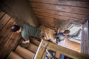 Trappan till och med övervåningen ska prepareras. Arbetet görs i flera omgångar och man blandar tjocka och tunna lager lera.