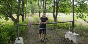 Allén in till gården från Karlslundsvägen är fin men igenväxt, säger Åke Andersson.