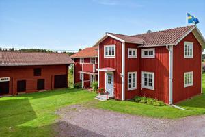 Tillasgården i Mjälgen med ladugård, härbre, lada och hagmark. Foto: Eric Böwes