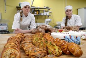 Emma Sundén och  Vilma Arvidsson hoppas försvara Hushagsgymnasiets vinst från förra året i skolmästerskapen i bakning.