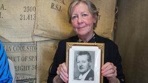 """Madeleine Nilsson med sin farfar Carl Hedberg inne på Skeppshandeln. """"Jag känner så otroligt starkt när jag är här"""", säger hon."""