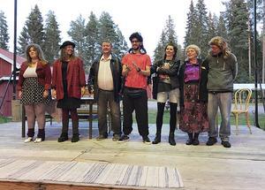 Hela ensemblen på scenen. Från vänster Emma Rehnvall, Bianca Davidsson, Mikael Forslin, David Tomeh, Ann-Marie Lindblom, Annelie Laitila och Jan-Erik Lindblom.