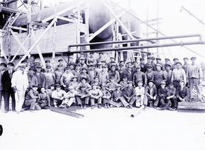 Alla anställda samlade under en kort rast från det mödosamma arbetet att bygga upp raffinaderiet, 1928.