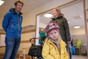 Elsa Gärdin var minst lika ivrig som föräldrarna Anna-Karin Gärdin och Olof Eriksson att komma i väg till vallokalen, för i skolan i Sånghusvallen ska Elsa börja om några år. I barnvagnen låg nästan nyfödda lillasystern Julia Gärdin.