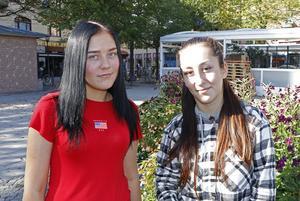 Malin Edholm, 17 och Angelina Azari, 19, Örebro.- Vi pratar inte politik hemma men jag tycker inte det är viktigt att alla tycker lika, säger Malin.- Fast ibland kan man önska att man kunde övertala resten av familjen att tycka lika som en själv, säger Angelina.
