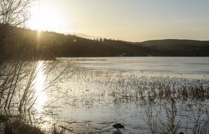 Sidsjöns is har lagt sig men snön låter vänta på sig.