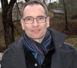 – Vi känner inte till att han har uttryckt några politiska åsikter i arbetet, säger kyrkoherde Per Henriksson Lerström, om åtalet som lett till att Emanuel Lärkestål stängts av från sitt jobb som kyrkogårdsarbetare.