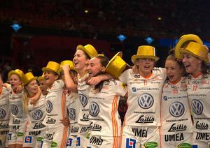Iksu jublar efter SM-guldet. Emelie Wibron syns i mitten.