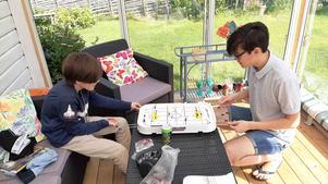Barnbarnen Jack och Nemo på besök, spelar hockeyspel i uterummet.