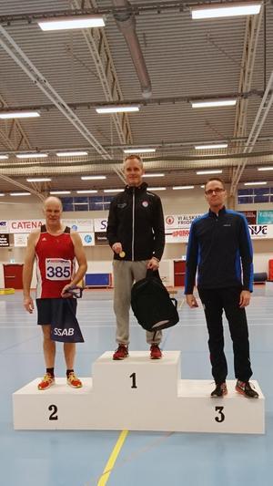 Ola Bäckström på prispallen på senaste veteran-SM i femkamp. Till vardags arbetar han på Epiroc och han har roligt på sina veterantävlingar. I höst blir det troligtvis också en tripp till Malaga där VM arrangeras. Bild: Privat