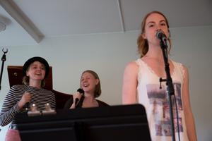 Linn Tolleman, Signe Sjöberg och Elin Gutesten sjunger ABBAs hitlåt