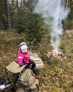 """Älgjaktspremiär med och för """"SuperSigne"""" 3.5år vid storkälla Långede jaktlag. Med bonusfarfar Hasse. Foto: Hasse Söderlund"""