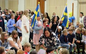 Skolans äldsta elever tågar in.