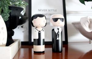 Coco Chanel och Karl Lagerfeld som kokeshi, svarvade japanska trädockor.