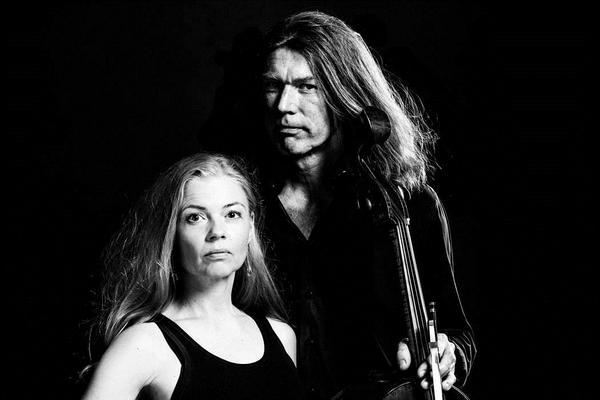 Katarina och Svante Henryson uppträder i Kulturhuset i Ytterjärna. Foto: Pressbild