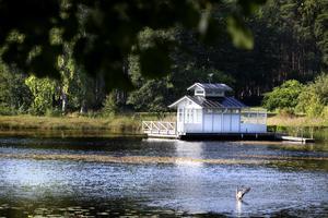 Badhuset ligger i Dalälven i en vik i Söderfors nedanför parets villa.