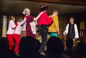 Sång, dans och humor lyfte stämningen i publiken.