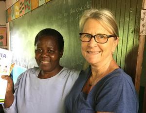 Kerstin tillsammans med Mama Kaviche på en skola som hennes förening stöttar. Bild: Privat