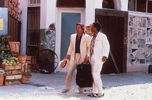 Miami Vice-looken med vit, vid kostym är tillbaka.Här ser vi Don Johnson och Michael Thomas i tv-serien. Foto: TT